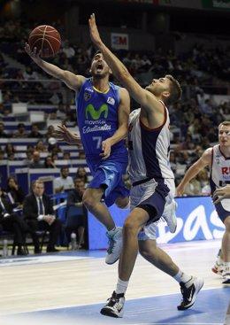 Jaime Fernández saltando a canasta