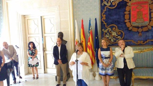 Maria del Mar Valero ante el micrófono y Gabriel Echávarri detrás de ella