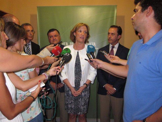 Carmen Ortiz atiende a los periodistas