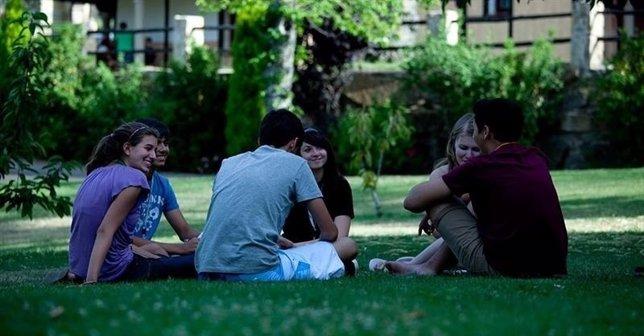 Jóvenes en un parque.