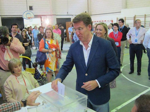 Alberto Núñez Feijóo, deposita su voto en la urna