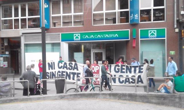 Protesta de la PAH de Santander ante Caja Cantabria-Liberbank