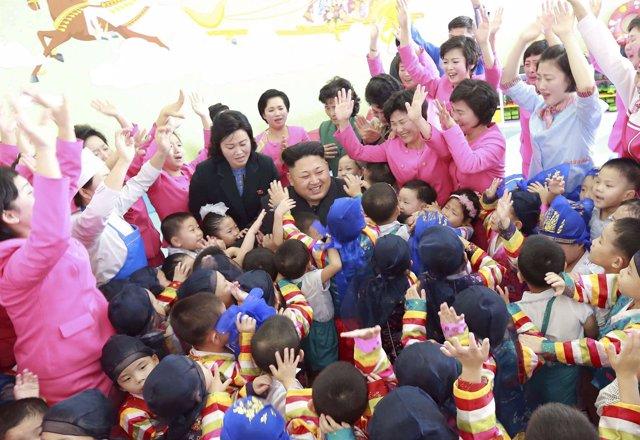 Kim Jong Un rodeado de niños