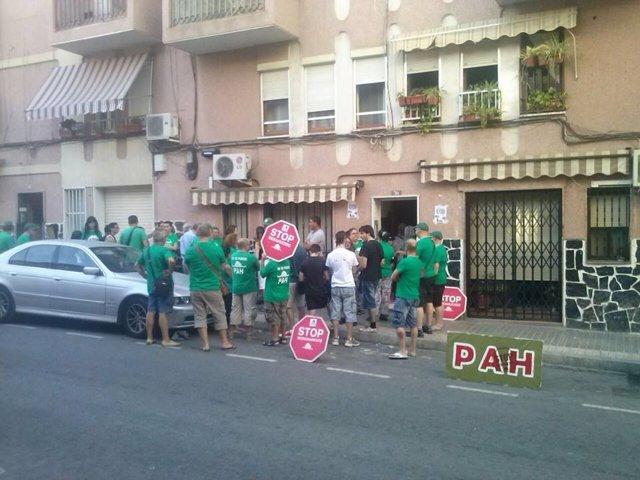 Los miembros de la PaH de Elche a las puertas del edificio