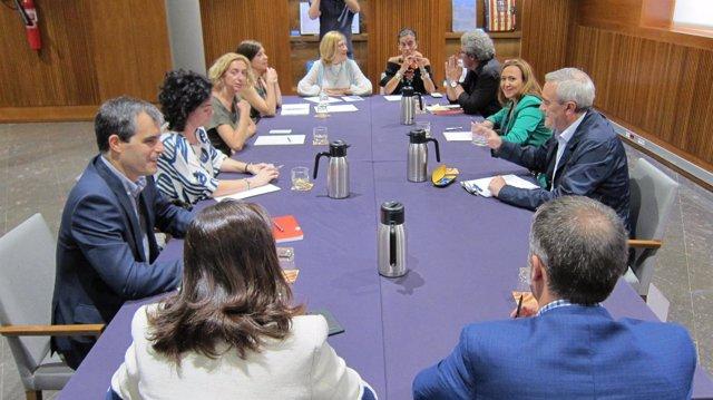 Reunión de la consejera de Educación con los grupos de las Cortes