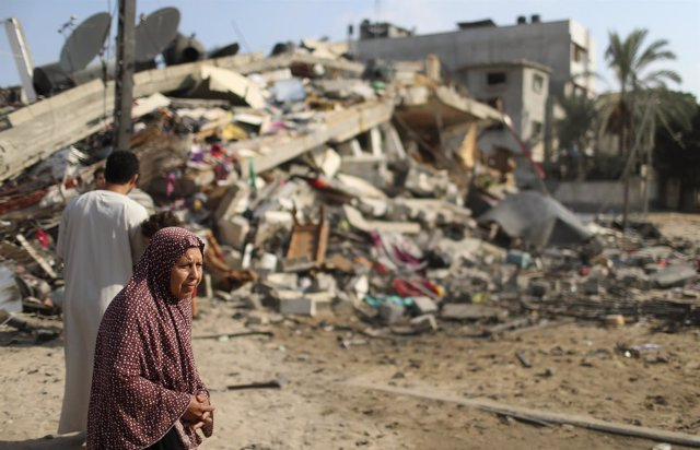 Una mujer palestina entre las ruinjas por uno de los ataques israelíes en Gaza
