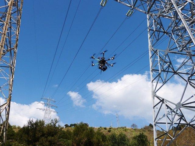 Revisión con un dron de líneas de alta tensión de Endesa en Córdoba