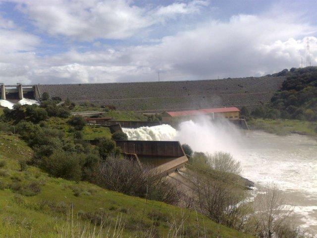 Desembalse de agua en el pantano de San Rafael de Navallana