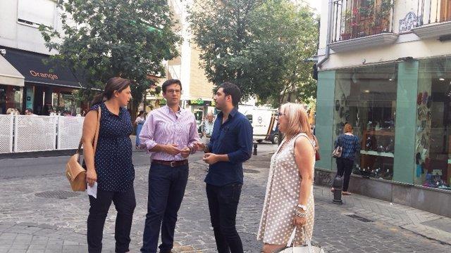 Los concejales socialista en el barrio de San Juan de Dios.