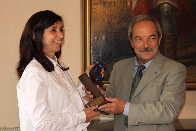El alcalde entrega el premio 'Puente entre las Artes'  a Fuensanta Nieto