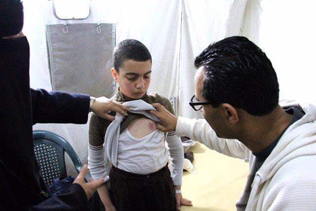 Un niño herido en Gaza atendido en una clínica de MSF