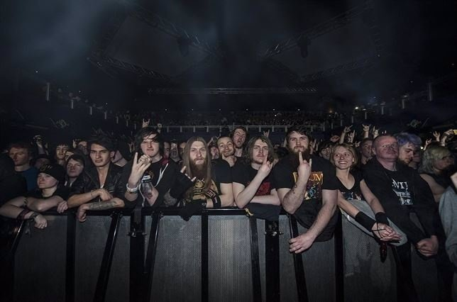 Público en un concierto de heavy metal
