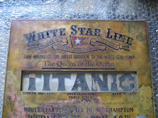 Fotografía de la placa del Titanic aparecida en Granada