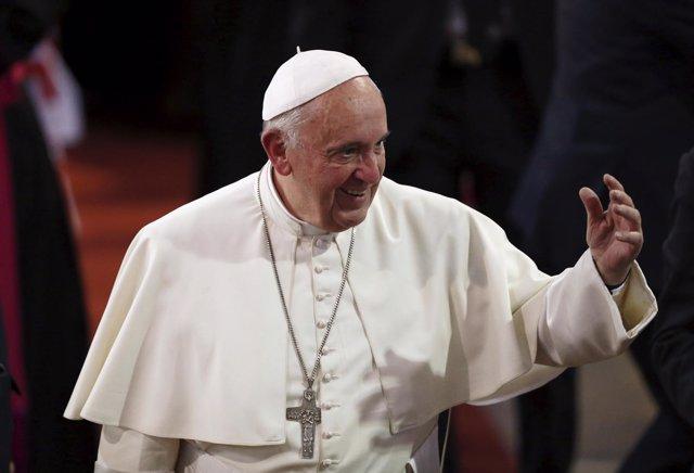 Papa Francisco saluda a la gente en Don Bosco.