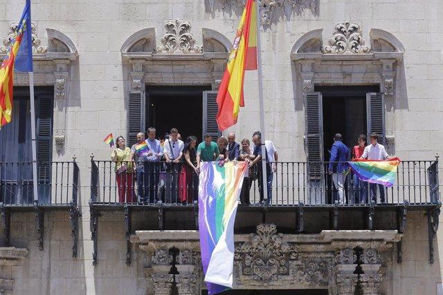 Despliegue de la bandera acoiris en el balcón principal del Consistorio