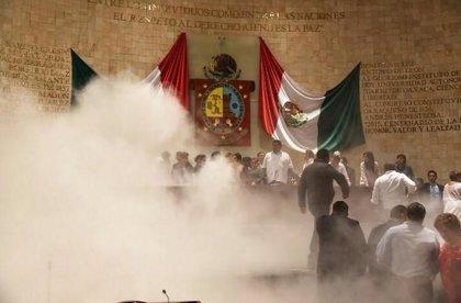 Diputados se enfrentan a golpes y lanzan gas lacrimógeno en Oaxaca