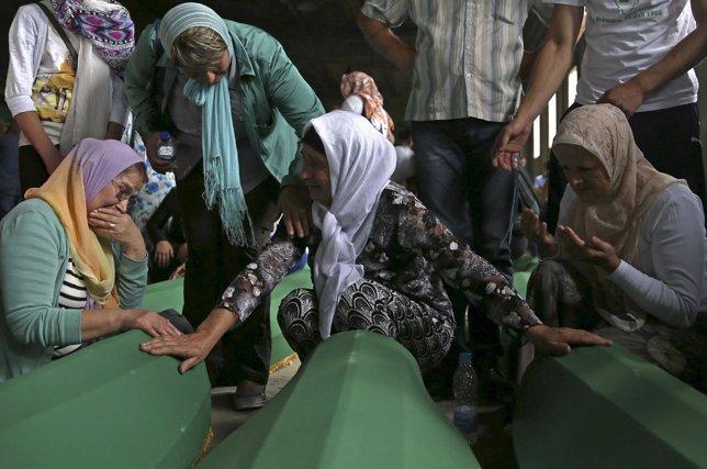 Mujeres lloran delante de los féretros de las víctimas identificadas de Srebreni