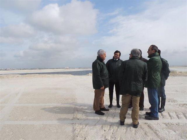 Gabriel Cruz en una visita a las balsas de fosfoyesos en Huelva.