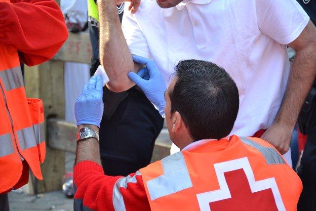 Sanitarios de la Cruz Roja atendiendo a los heridos