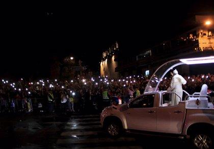 Exempleados paraguayos se crucifican para pedir ayuda del Papa Francisco