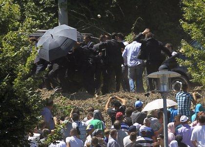 Atacan al primer ministro serbio en el aniversario de la masacre Srebrenica