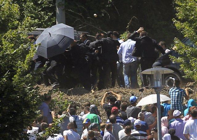 Echan a pedradas al primer ministro serbio Vucic del acto de conmemoración de la