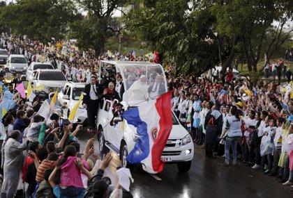 El Papa rinde homenaje a las mujeres y madres de Paraguay durante una misa en Caacupé