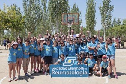 El jugador de baloncesto José Manuel Calderón clausura la 3ª edición del campamento para niños con patologías reumáticas