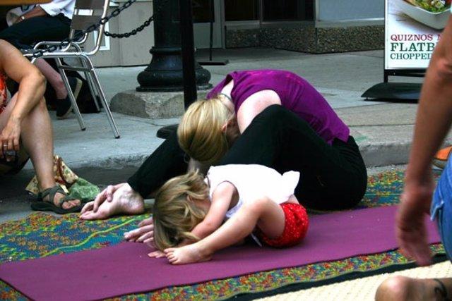 Yoga. Niña haciendo yoga. Ejercicio.