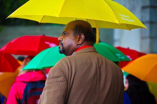 Paraguas, hombre, amarillo