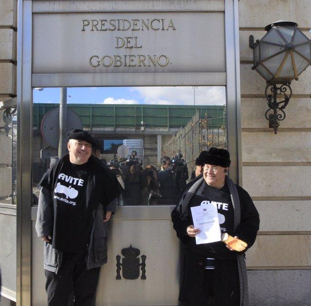 Protesta de afectados por la talidomida en la puerta de Moncloa