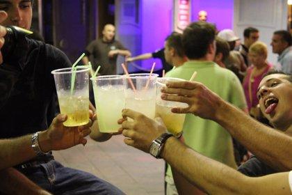 Beber alcohol en grupo incrementa la cantidad que se consume