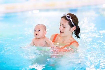 El primer chapuzón de tu bebé: juegos en el agua