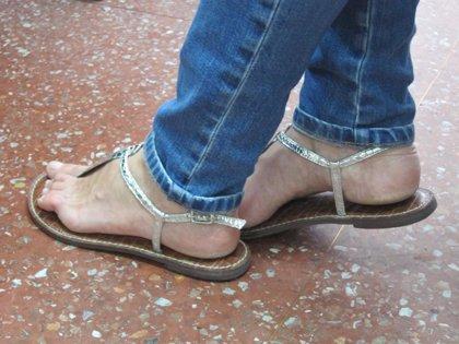 El uso de tacones, plataformas y sandalias planas provocan dolores de espalda y rodilla