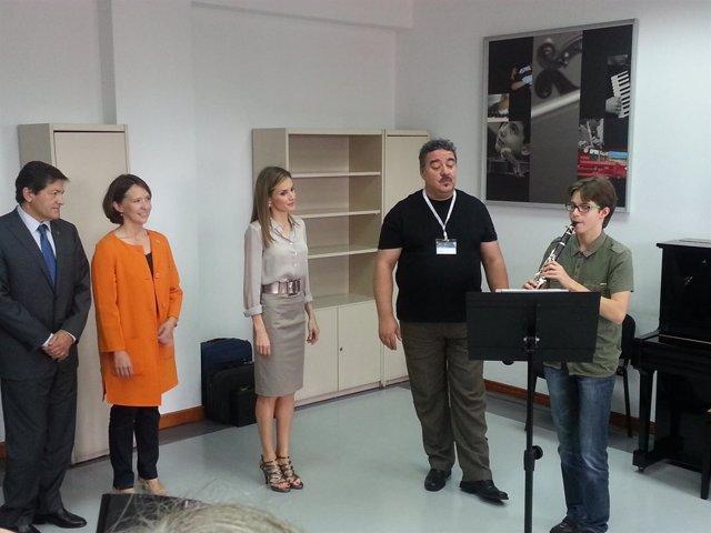 S. M. Doña Letizia con Michele Fraccelo, alumno de los cursos de verano