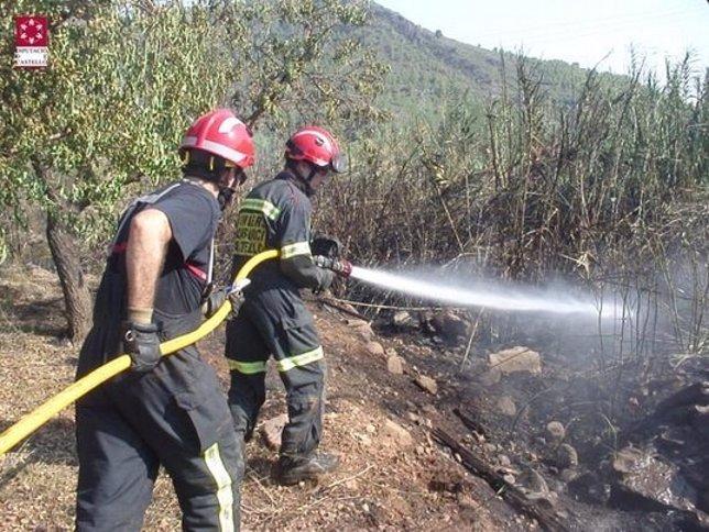 Trabajos de extinción en el incendio de Azuébar