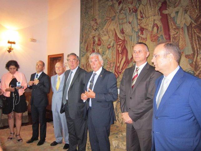 Rosell en su visita a Santiago con Alvariño y miembros de la CEG