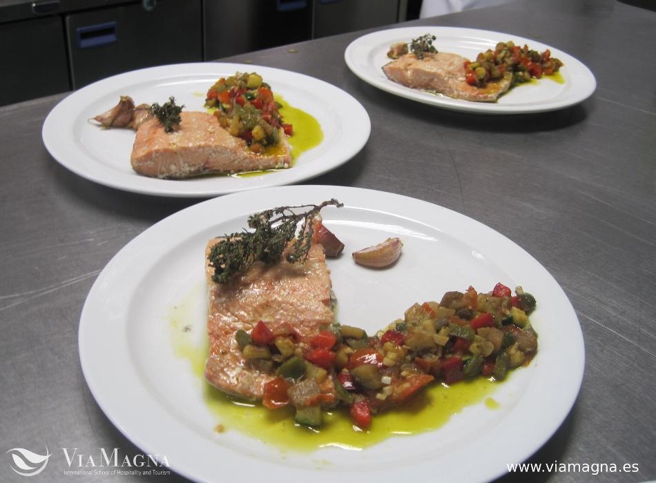 Receta de salmón confitado con pisto de verduras