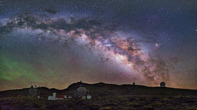 Panóramica nocturna del Observatorio del Roque de los Muchachos