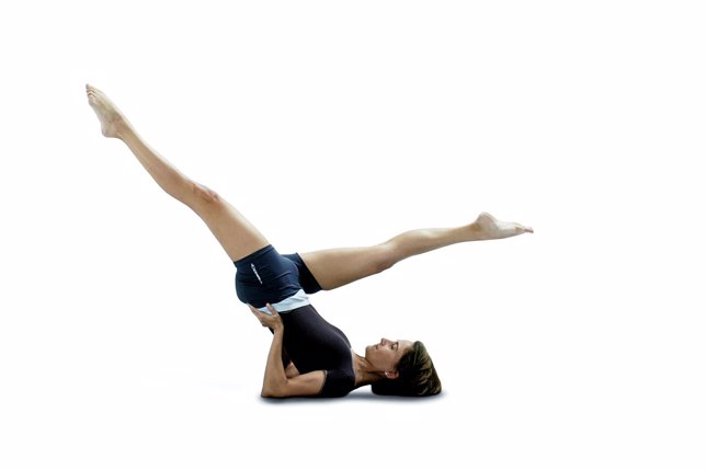 Chica practicando pilates
