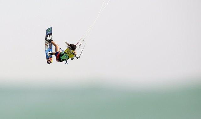 Gisela Pulido en la prueba de kitesurf en Tarifa