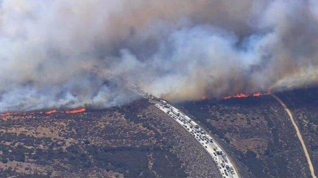 Incendio afecta a autopista en California