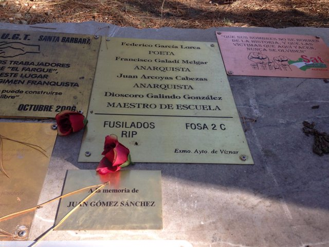 Placa sobre la fosa de Lorca en el Barranco de Víznar