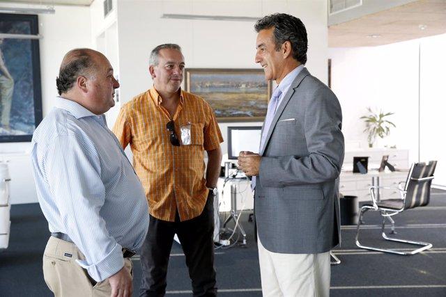 El consejero de Industria con el alcalde de Villacarriedo