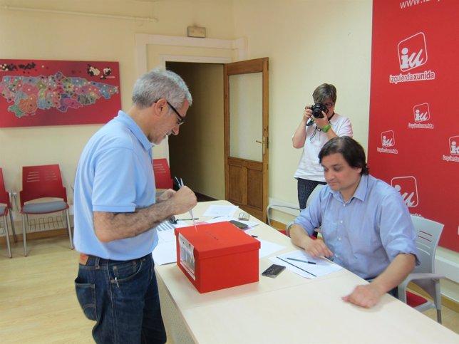 El portavoz parlamentario de IU, Gaspar Llamazares, vota en la consulta.