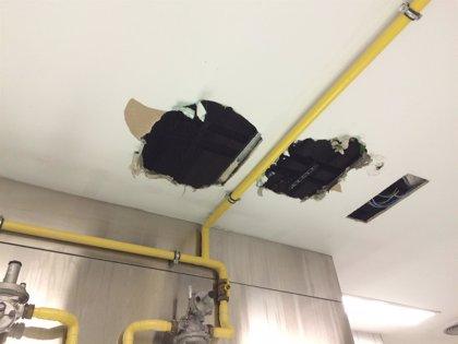 Una fuga de agua provoca que se hunda parte del techo de las cocinas del Hospital Universitario de Asturias