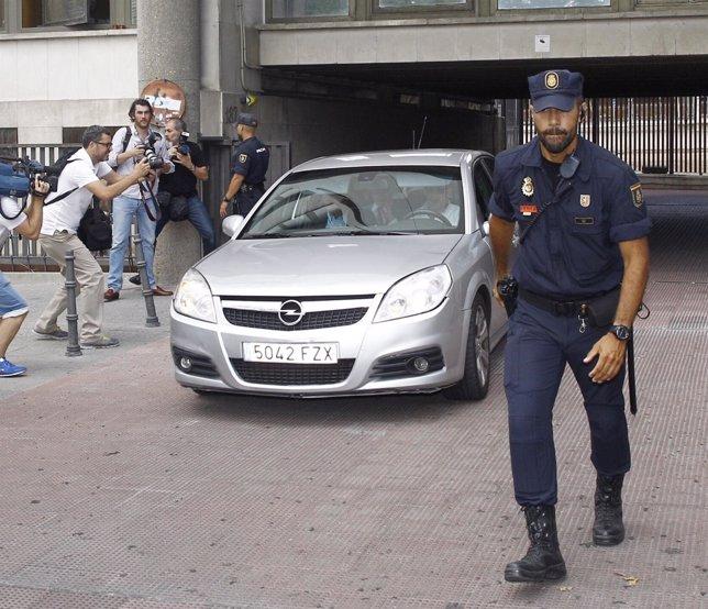 Rodrigo Rato sale de los juzgados de Plaza de Castilla en coche