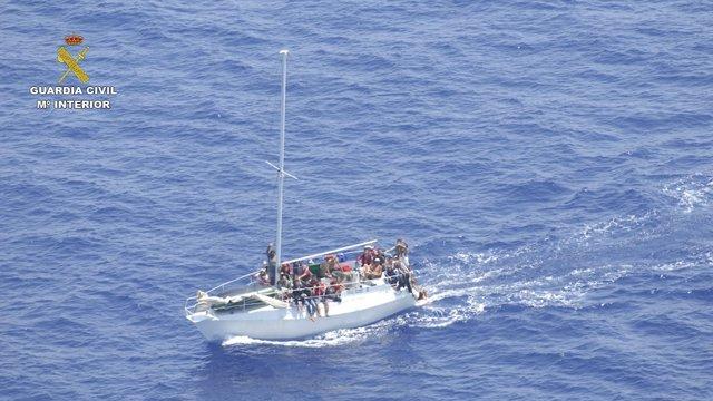 Inmigrantes rescatados por la Guardia Civil en Italia