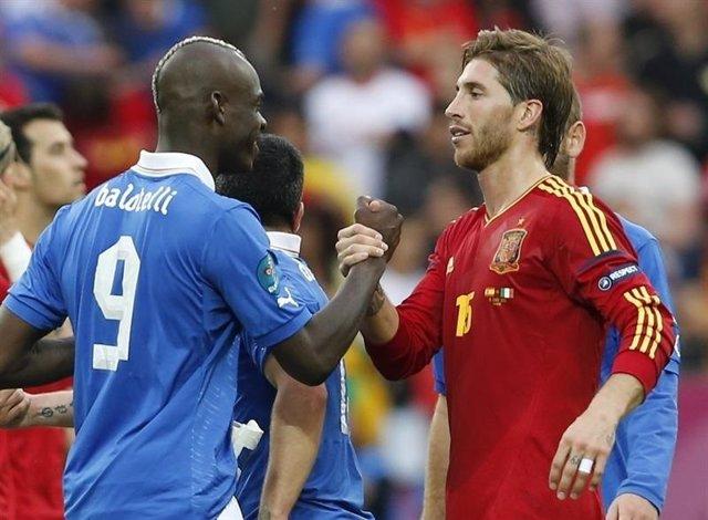 Balotelli y Sergio Ramos en un España - Italia