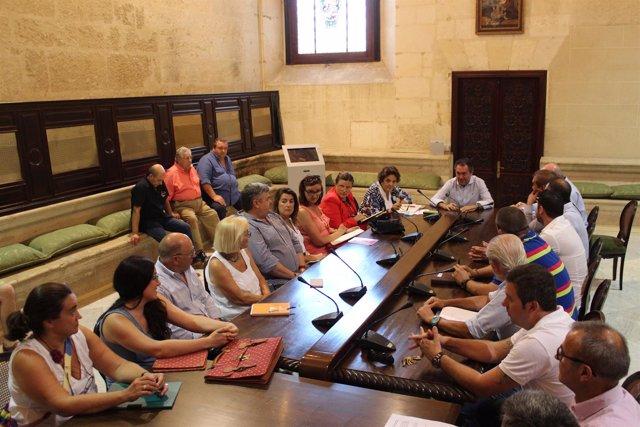 Reunión del alcalde de Sevilla, Juan Espadas, con placeros